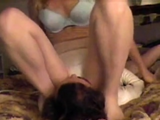 Mature wifey face-sitting on web cam