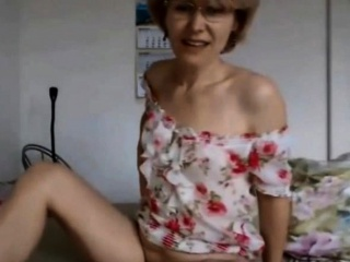 Cougar in glasses opened up her gams and demonstrates no lips twat