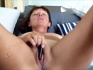 Super-naughty cougar pleasuring her puss with a hitachi