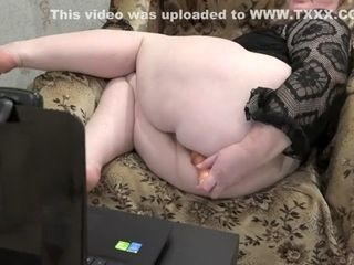 Plumper, mature, cougar with a fur covered vagina, pulverizes her crevices on the cam