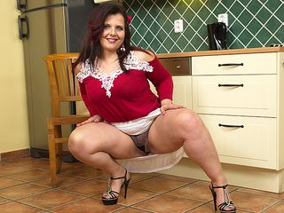 Nice obese housewife toying with herself