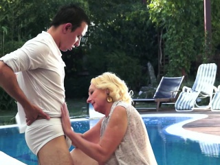 Curvy gilf poolside fellatio