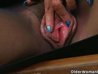 UK gilf Sapphire Louise gives her fanny sways a handle