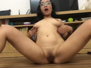Inexperienced japanese mother thumbs fuckbox