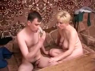 Maman russe suce un jeune endormi et le branle en sixty-nine