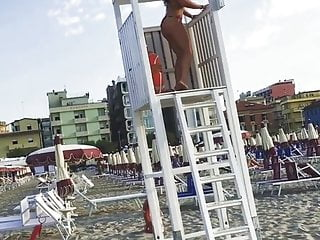 Enormous jugged mature cougar flashes off her booty at the beach