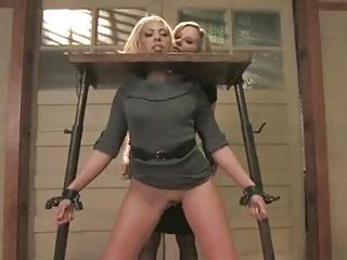 Frau in Schaffot nicht gefangen und geknebelt