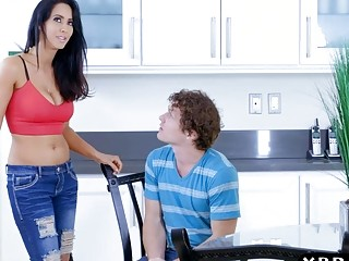 Experienced mommy Isis Love teaches boy new tricks