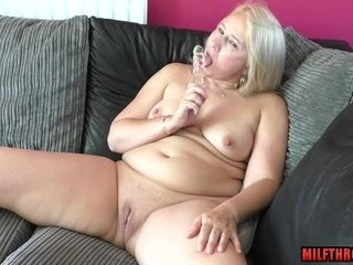 Brit housewife plays with fucktoy