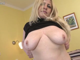 Super hot cougar mom loves to play with her body